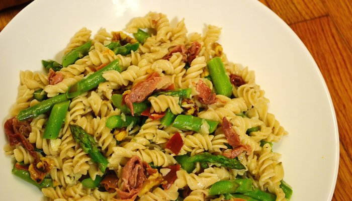 Pasta with Proscuitto, Asparagus, and Walnuts